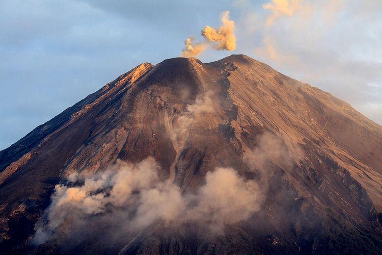 (Ilustrasi) Gunung Semeru mengeluarkan awan panas terlihat dari kawasan Pranajiwo, Lumajang, Jawa Timur, Kamis (5/3/2020). Aktivitas vulkanik Gunung Semeru meningkat sejak sepekan terakhir dengan mengeluarkan awan panas sejauh tiga kilometer dan intensitas delapan kali guguran lava pijar dengan status level II atau waspada.