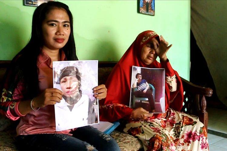 Diah Ardika Sari (28) anak Turini, dan Syiah (68) ibu Turini, menunjukan foto Turini, di rumahnya Desa Dawuan Kecamatan Plered Kabupaten Cirebon, Jumat siang (19/7/2019). Mereka serta keluarga lainnya sangat bahagia mendengar kabar Turini yang akan segera dipulangkan dalam waktu dekat.