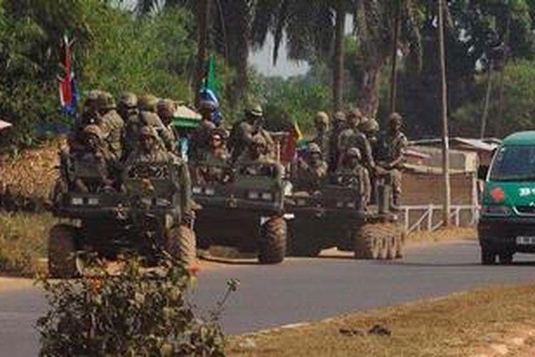 Dalam foto ini terlihat pasukan Afrika Selatan sedang berpatroli di ibu kota Afrika Tengah, Bangui. Afrika Selatan kehilangan 13 prajuritnya dalam baku tembak dengan pasukan pemberontak Afrika Tengah, Sabtu (23/3/2013), yang menyerang ibu kota Bangui.