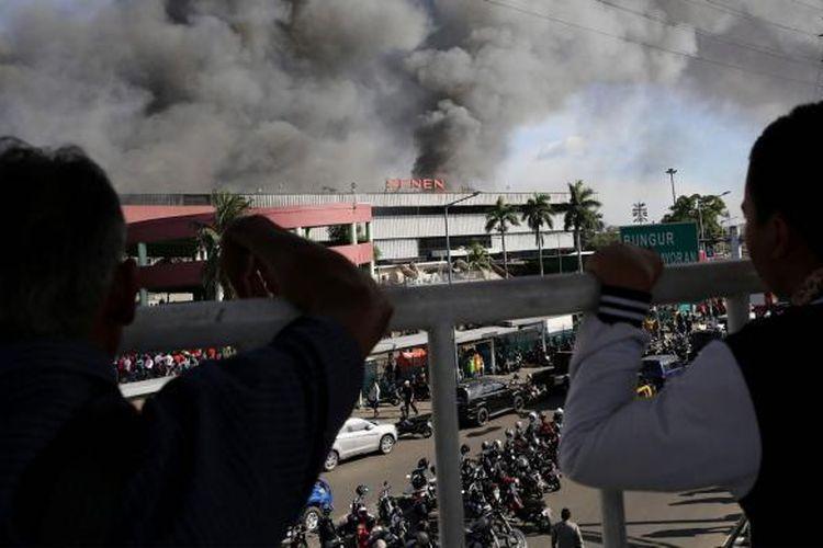 Kepulan asap hitam membumbung tinggi dari peristiwa kebakaran di Pasar Senen, Jakarta Pusat, Kamis (19/1/2017). Kebakaran yang terjadi sejak pukul 04.30 WIB itu diduga karena korsleting listrik di lantai satu Blok III dan masih dalam penanganan petugas yang mengerahkan sedikitnya 50 unit mobil pemadam kebakaran.