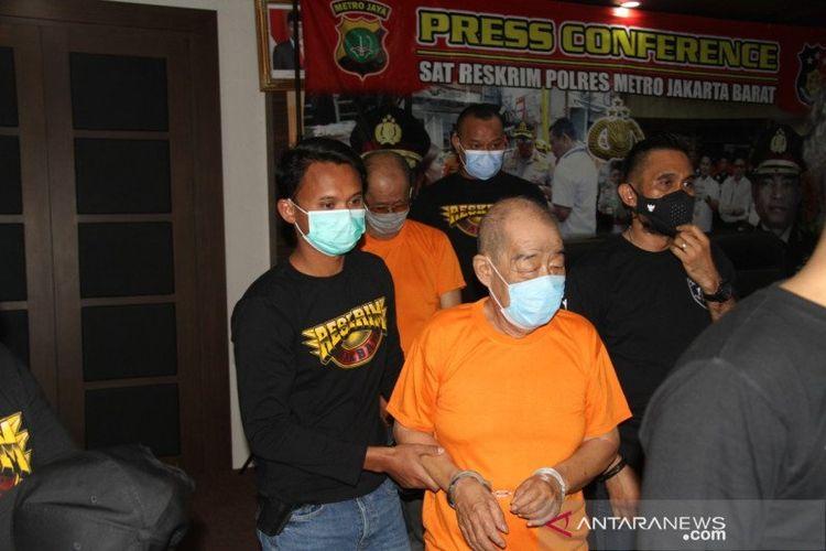 Dua pria lanjut usia berinisial LPK (75) dan RS (77) pelaku judi toto gelap (togel) di Mapolres Metro Jakarta Barat, Sabtu (7/11/2020).