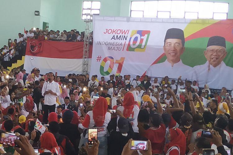 Capres Joko Widodo (kiri) menyampaikan orasi saat berkampanye di Sukabumi, Jawa Barat, Kamis (11/4/2019).
