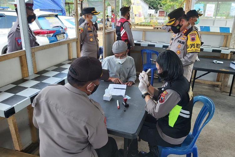 Pemeriksaan kesehatan terhadap pemudik yang melintas di Kota Salatiga.