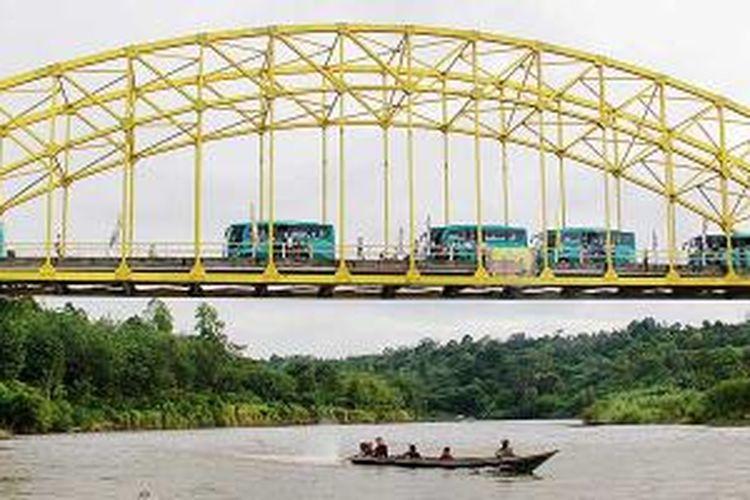 Etape II Musi Triboatton 2013 dimulai dari Jembatan Kuning di Tebing Tinggi, Kabupaten Empat Lawang, Sumatera Selatan, Selasa (19/11/2013). Etape II ini diawali dengan menyusuri Musi dengan perahu cepat. Ajang ini jadi promosi wisata petualangan dan budaya sungai.