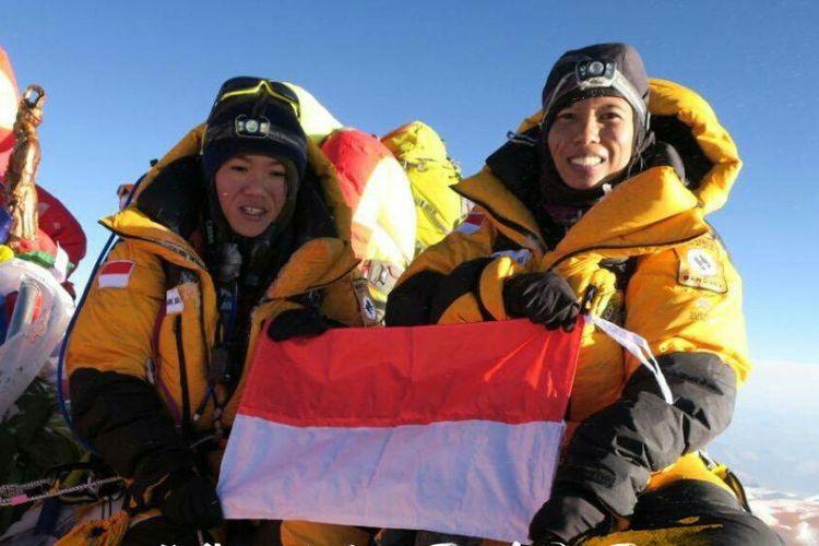 Mathilda Dwi Lestari (Hilda) dan Fransiska Dimitri (Deedee) terluhat mengibarkan bendera di puncak Gunung tertinggi dunia, mount everest.
