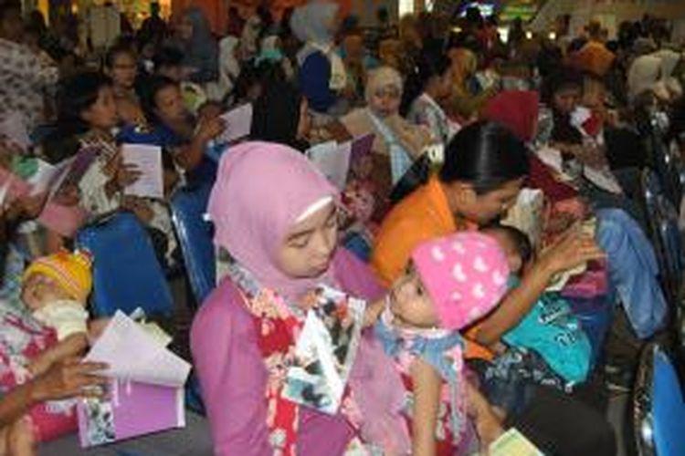 Ratusan ibu menyusui bersama-sama di mal City of Tomorrow, Kota Surabaya, Jawa Timur, Selasa (20/8/2013). Kegiatan ini digelar untuk memperingati Hari ASI Sedunia.