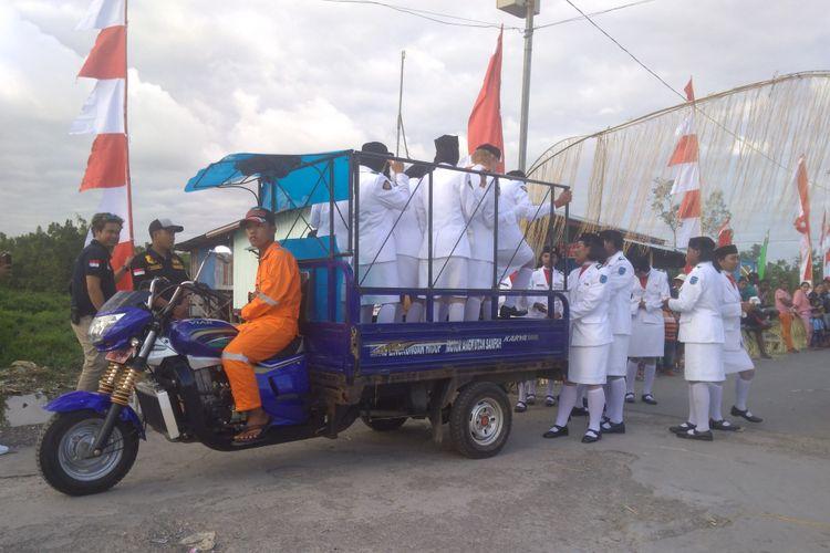 Kendaraan yang digunakan untuk mengangkut Paskibra di Asmat