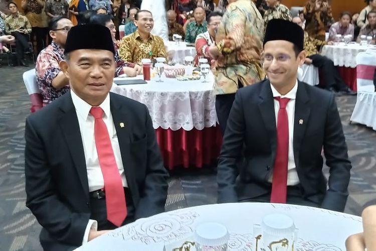 Mendikbud Kabinet Kerja Muhadjir Effendy bersama Mendikbud baru Kabinet Indonesia Maju Nadiem Makarim dalam acara Serah Terima Jabatan di Gedung Kemendikbud, Jakarta (23/10/2019).