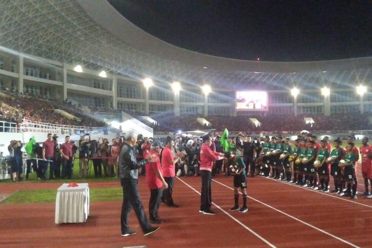 Presiden Jokowi menerima bola dari anak gawang sebagai simbolis peresmian Stadion Menahan Solo, Jawa Tengah, Sabtu (15/2/2020) malam.