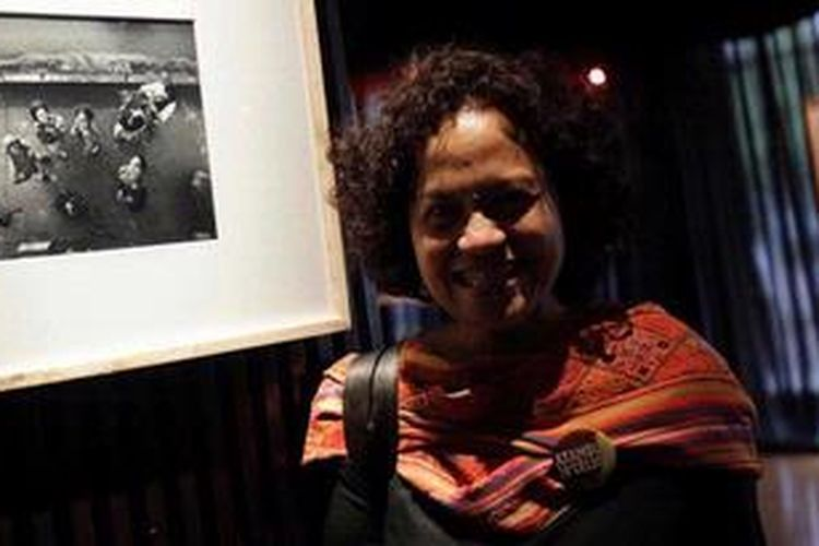 Sineas Mira Lesmana hadir pada acara pemutaran perdana film Atambua 39 Drajat Celcius di Pusat Perfilman Haji Usmar Ismail, Kuningan, Jakarta Selatan, Senin (5/11/2012). Pada film yang mengambil setting di perbatasan Indonesia-Timor Leste itu, Mira Lesmana menjadi produser bekerja sama dengan Riri Riza selaku sutradara dan penulis naskah.