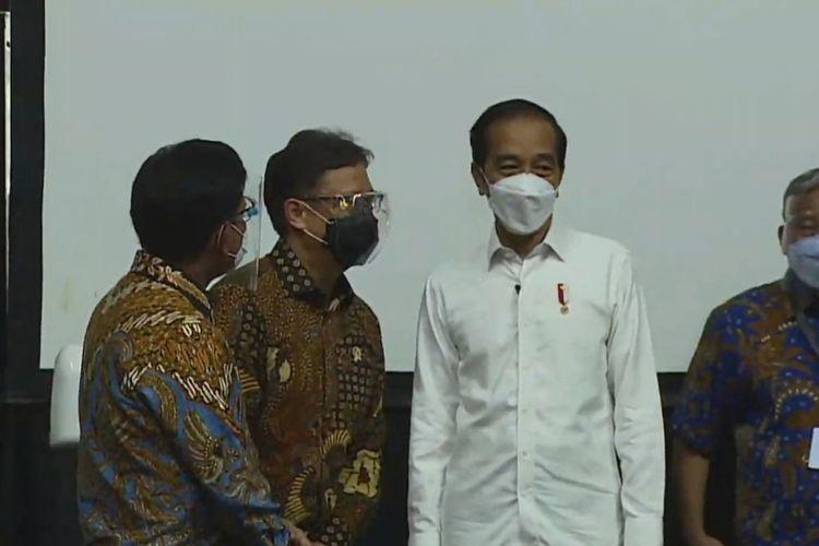 Presiden Joko Widodo meninjau pelaksanaan vaksinasi Covid-19 untuk pers di Hall Basket Gelora Bung Karno (GBK), Senayan, Jakarta Pusat, Kamis (25/2/2021).