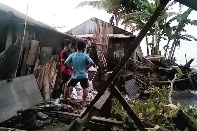 4 unit rumah warga di pesisir Pantai Sahondro, Lingkungan 3, Kelurahan Ilir, Kecamatan Gunungsitoli, Kota Gunungsitoli, Sumatera Utara, hancur akibat dihantam gelombang laut selama sepekan.