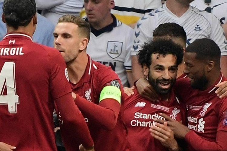 Penyerang Liverpool, Mohamed Salah, merayakan gol dengan rekan setimnya setelah mencetak gol via penalti saat pertandingan final Liga Champions antara Liverpool vs Tottenham Hotspur di Stadion Wanda Metropolitano di Madrid pada 1 Juni 2019.