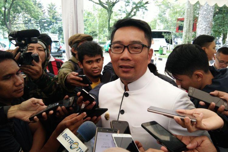 Kandidat gubernur Jawa Barat Ridwan Kamil saat diwawancarai wartawan terkait surat pencabutan dukungan oleh Partai Golkar di Balai Kota Bandung, Jalan Wastukancana, Selasa (19/12/2017).