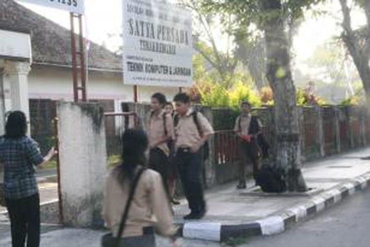 "Para  siswa dan guru serta karyawan SMK Satya Persada setiap hari Jumat melaksanakan program "" Ayo Sayangi Bumi"" dengan cara tidak menggunakan  kendaraan bermotor saat berangkat sekolah."