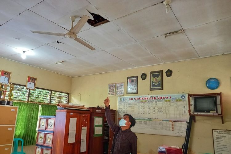 Gedung Sekolah Dasar (SD) Negeri Cikareo 1, Kecamatan Solear, Kabupaten Tangerang, Banten dihuni oleh sejumlah monyet Jumat (30/4/2021).
