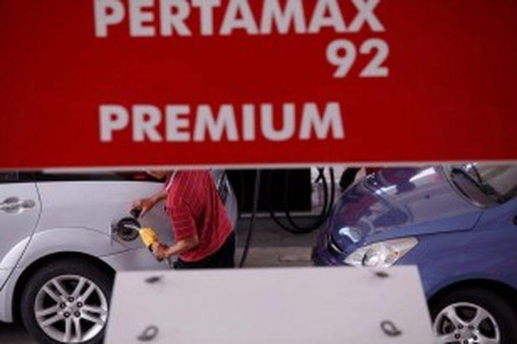 Aktivitas pengisian bahan bakar minyak (BBM) bersubsidi jenis premium di Stasiun Pengisian Bahan Bakar untuk Umum (SPBU) 34-10206, Jakarta, Jumat (12/4/2013). Pemerintah terus membahas langkah yang akan diambil untuk mengurangi subsidi bahan bakar yang membebani Anggaran Pendapatan Belanja Negara. KOMPAS/PRIYOMBODO