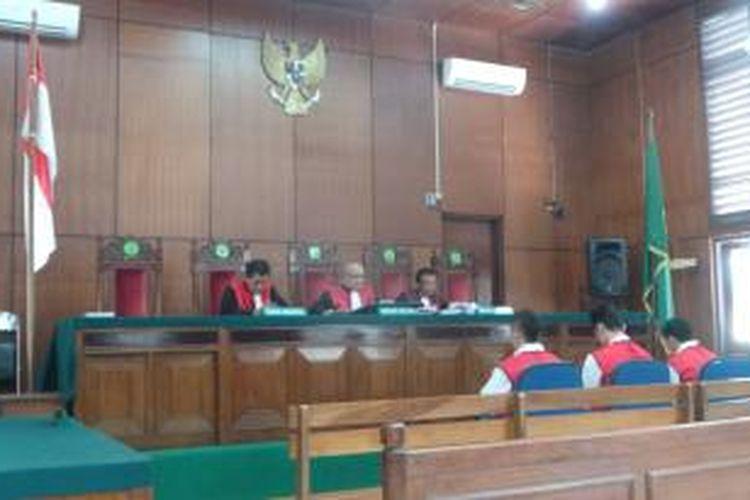 Tiga terdakwa kasus penganiayaan terhadap Dimas Dikita Handoko, taruna STIP, divonis empat tahun penjara dalam sidang di Pengadilan Negeri Jakarta Utara. Kamis (9/10/2014).
