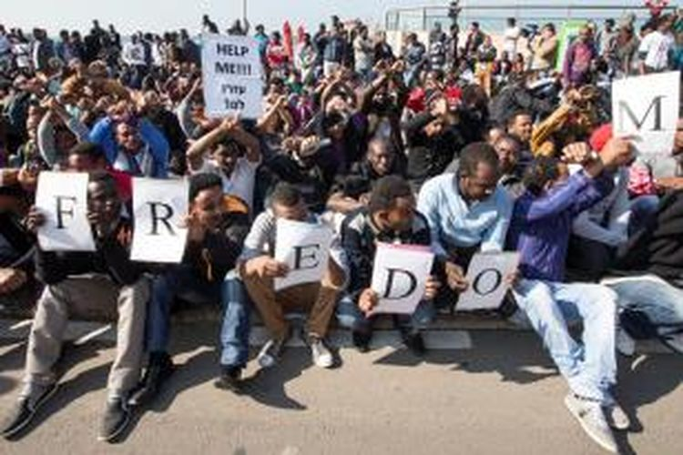 Ribuan imigran asal Afrika melakukan unjuk rasa ke berbagai kedutaan besar di Tel Aviv, Israel untuk memprotes perlakuan pemerintah Israel terhadap para imigran.