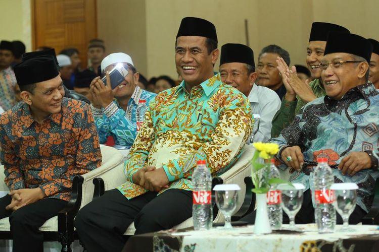 Ketua Umum Pengurus Besar Nahdlatul Ulama (PBNU) Kyai Said Aqil Siroj (kiri), Menteri Pertanian Andi Amran Sulaiman (tengah), dan Ketua Bidang Ekonomi PBNU Umar Syah (kanan) saat menghadiri acara Rakernas dan Konsolidasi Tani Nelayan Lembaga Pengembangan Pertanian (LPP) PBNU Se-Indonesia di Grand Cempaka, Jakarta Pusat, Senin (1/4/2019).