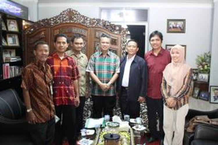 Kelima anggota KPU Samarinda menemui Wali Kota Samarinda, Syaharie Jaang, untuk bersilaturahim, Senin (24/3/2014).