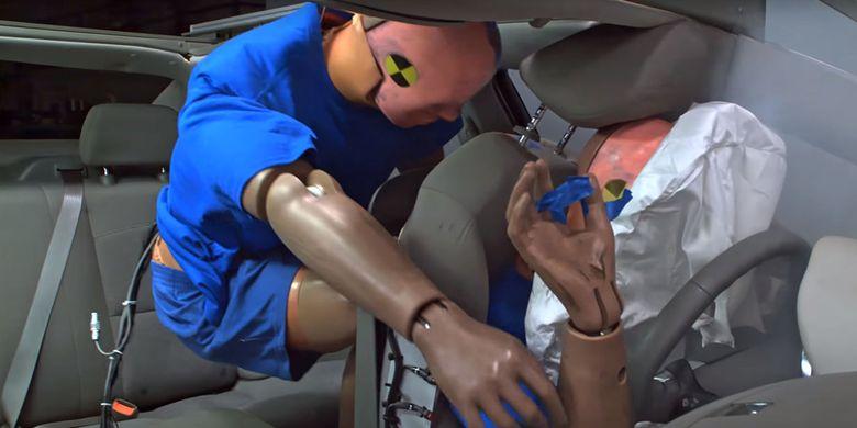 Ilutrasi penumpang belakang tanpa seat belt