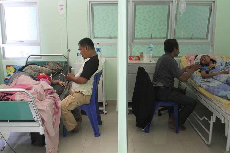 Dua pasien demam berdarah dengue (DBD) menjalani perawatan di Puskesmas Puuwatu, Kendari, Sulawesi Tenggara, Rabu (6/2/2019). Pihak Dinas Kesehatan Kendari mencatat sejak Januari hingga Februari 2019 sebanyak 115 pasien DBD dan beberapa pasien menjalani rawat jalan dan sebagian masih menjalani perawatan di Puskesmas dan Rumah Sakit di Kendari.