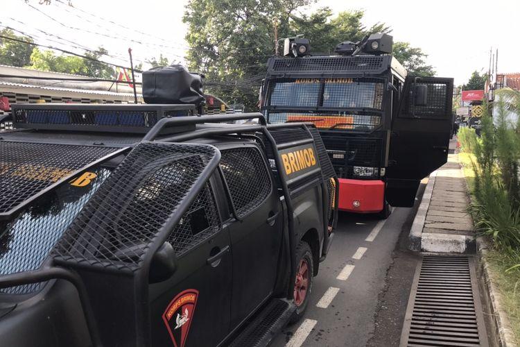 Kendaraan taktis berupa water cannon milik Korps Brimob disiagakan di pertigaan Jalan Madrasah-Ampera, Ragunan, Pasar Minggu, Jakarta Selatan pada Senin (4/1/2021) pagi.