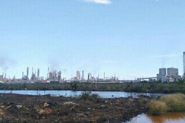 Tampak dari kejauhan pabrik produksi amonia di Kawasan Industrial Estate (KIE) berbatasan pagar dengan  Kelurahan Guntung, Kota Bontang, Kaltim, Minggu (29/3/2020).