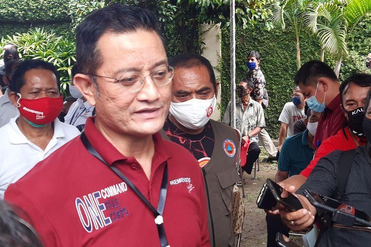 Mensos Juliari Batubara dan Wali Kota Solo FX Hadi Rudyatmo meninjau penyaluran BST di Kelurahan Jagalan, Kecamatan Jebres, Solo, Jawa Tengah, Kamis (21/5/2020).