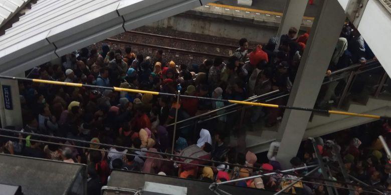 Tampak penumpang KRL menumpuk di Stasiun Cakung, Jakarta Timur, Selasa (2/4/2019).
