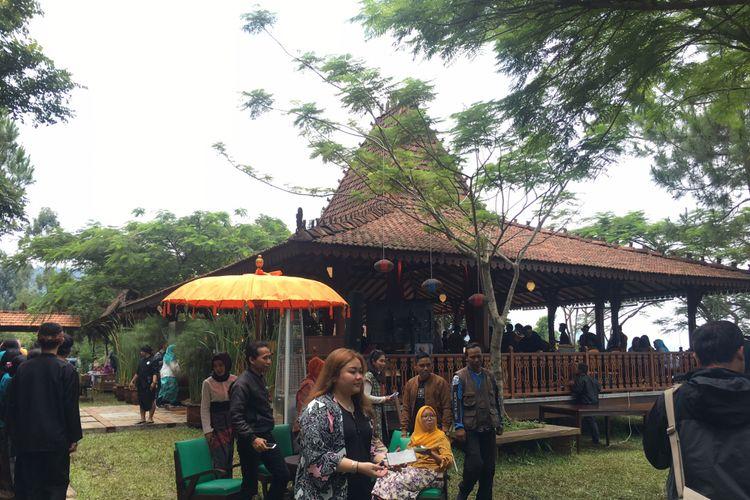 The Bale Restaurant di Mulberry Hill by The Lodge, Desa Cibodas, Kecamatan Lembang, Kabupaten Bandung Barat, Jumat (23/2/2018).