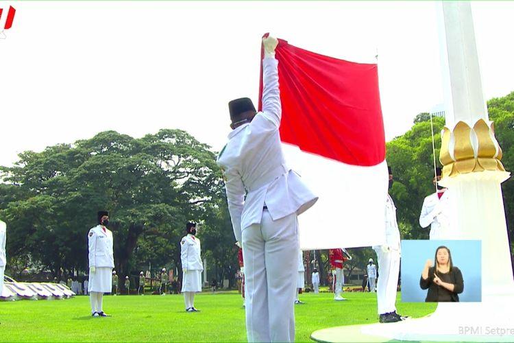 Foto tangkapan layar YouTube Sekretariat Presiden: Pengibaran bendera Merah Putih di Istana Merdeka, Kamis (17/8/2021).