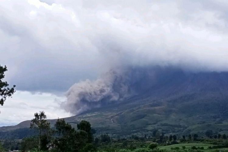 Gunung Sinabung kembali mengalami guguran lava sejauh 1.000 meter pada Kamis (15/10/2020).