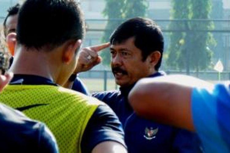 Pelatih Tim Nasional Indonesia U-19, Indra Sjafri, memberikan intruksi bagi anak asuhnya saat berlatih di lapangan GOR Universitas Negeri Yogyakarta, Rabu (3/9/2014).