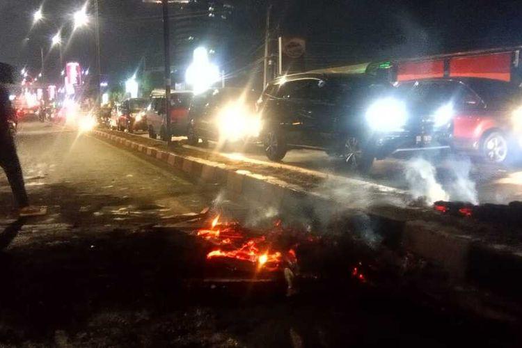 Sisa-sisa pembakaran ban saat aksi unjuk rasa tolak omnibus law di Jalan Urip Sumoharjo Makassar, Selasa (6/10/2020).