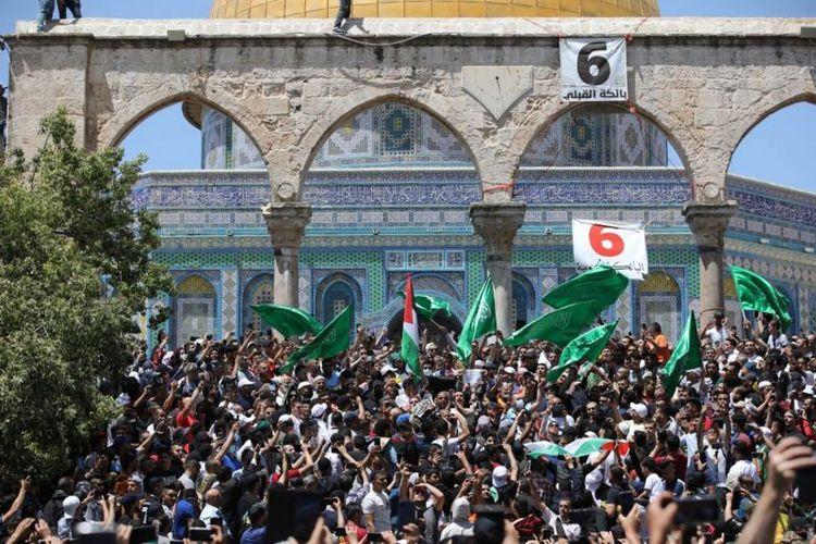 Aksi protes warga Palestina usai shalat Jumat di Masjid Al Aqsa (7/5/2021).