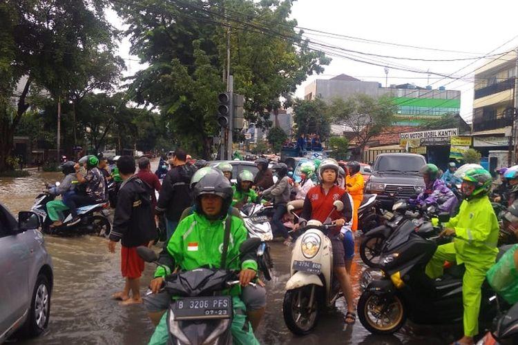 Banjir di sekitar kawasan Senen, Jakarta Pusat, Selasa (25/2/2020) menyebabkan sejumlah ruas jalan tak bisa dilalui.