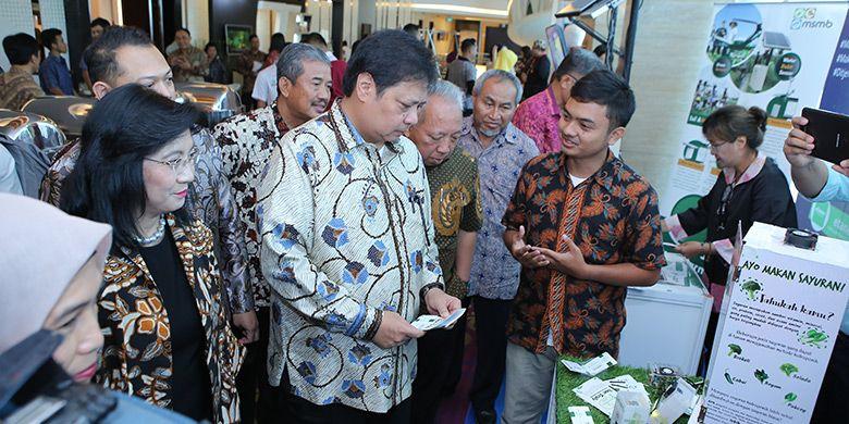 Menperin Airlangga Hartarto beserta Dirjen IKM Gati Wibawaningsih meninjau booth finalis kompetisi pada Festival Semarak IKM 2018 (Foto: dok. Kementerian Perindustrian)