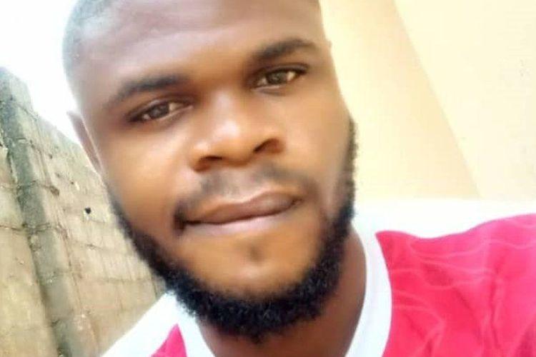 Enya Egbe, seorang mahasiswa kedokteran di Nigeria yang menangis setelah tahu mayat yang hendak dia bedah adalah temannya sendiri.