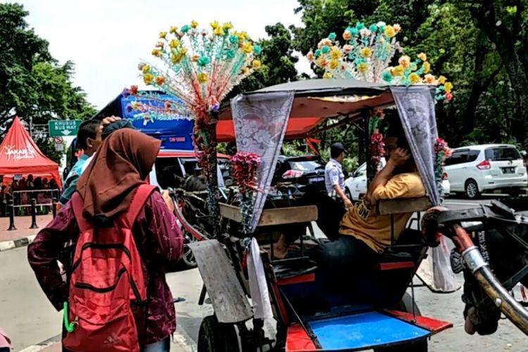 Delman hias diparkir di pinggir jalan Lapangan IRTI, Monas, Jakarta Pusat, Selasa (26/12/2017).