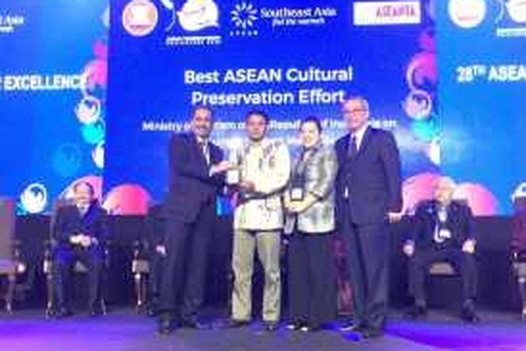 Perwakilan Saung Angklung Udjo bersama Menteri Pariwisata Arief Yahya saat menerima penghargaan ASEANTA Awards 2016 di Manila, Filipina, Jumat (22/1/2016).