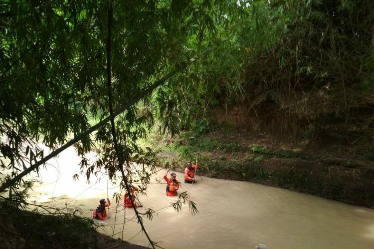 Salah satu grup SAR menyisir sungai di Kediri, Jawa Timur, Jumat (5/2/2021). Operasi itu untuk mencari seorang warga yang hanyut terbawa arus banjir Sungai Konto pada Rabu (3/2/2021).