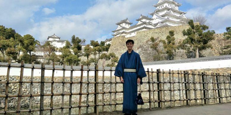Wartawan Majalah Cosmopolitan Vincentius Alvin Yoga memakai kimono saat naik ke puncak Himeji Castle di Kota Himeji, Prefektur Hyogo, Jepang, Minggu (4/3/2018).