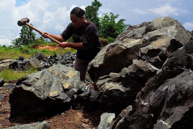 Rasna (43) warga Sungai ApokDesa Binusan Kabupaten Nunukan yang terpaksa mengangkat martil untuk memecah batu sebagai profesinya selama 7 tahun terakhir. Eks TKI asal Bau Bau Sulawesi Tenggara ini gigih berjuang demi 8 anaknya bisa bersekolah untuk menggapai cita cita.
