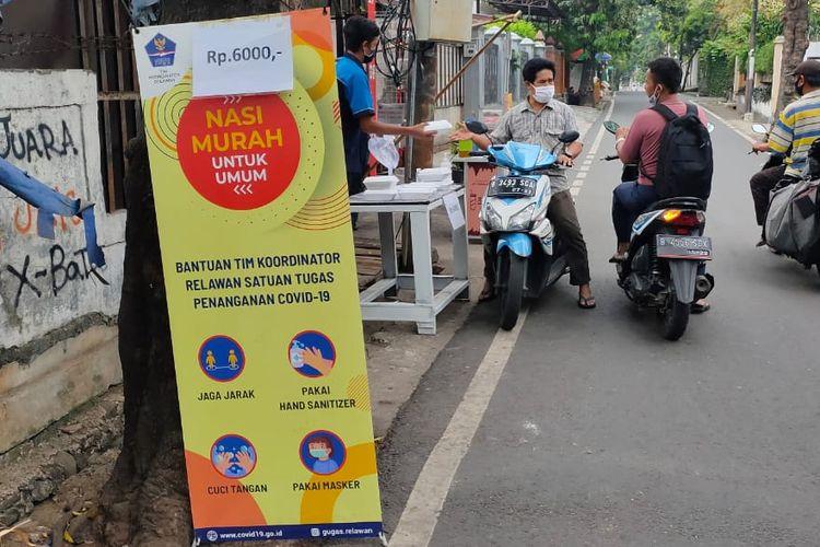 "Jalan Kalibata Timur Raya, Kalibata, Pancoran, Jakarta ada program ""Dapur Nasi Murah"" yang dijajakan di pinggir jalan."