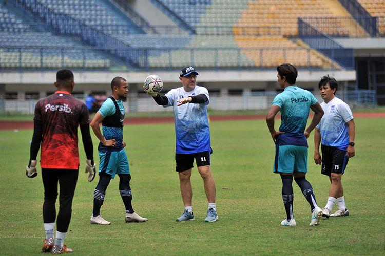 Pelatih Persib Bandung Robert Rene Alberts (putih), memberikan instruksi kepada para pemainnya dalam sesi latihan di Stadion GBLA, Kota Bandung, Senin (11/10/2021),