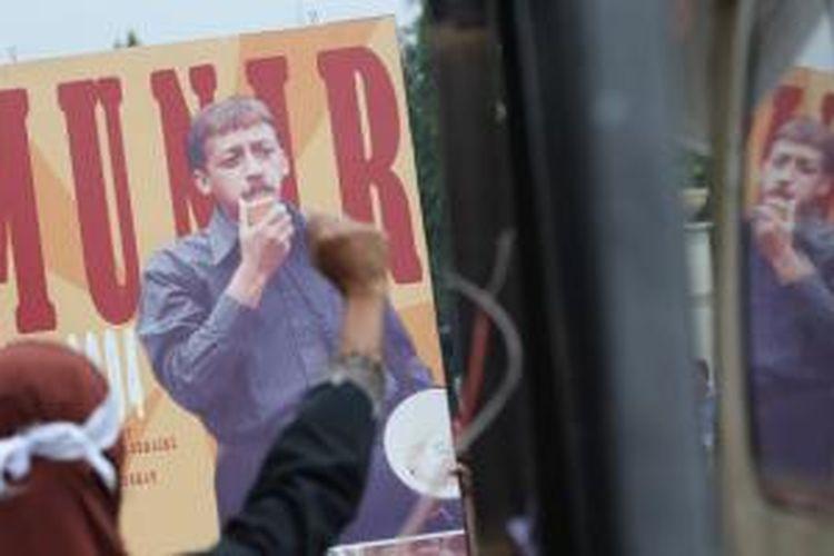 Ratusan warga yang bergabung dalam Sahabat Munir menggelar aksi damai memperingati 6 tahun meninggalnya aktvis hak asasi manusia, Munir, di depan Istana Merdeka, Jakarta, Selasa (7/9/2010). Mereka meminta pemerintah untuk mengusut tuntas dalang pembunuh munir.