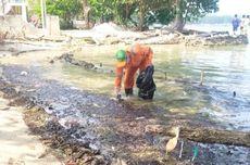 Perairan Pulau Pari Tercemar Gumpalan Minyak Berwarna Hitam