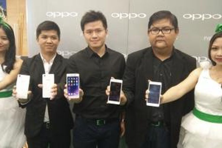 Foto bersama Public Communication Suswanto, CEO Oppo Indonesia Ivan Lau, Media Engagement Aryo MeidiantoOppo pada peluncuran Oppo Mirror 5 dan R7 Lite.